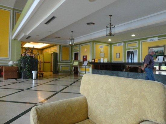 Hotel Diamante Suites: Otra vista de recepción