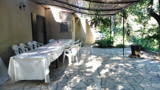 Bastide de la Roquemaliere : La mesa exterior para cenas y comidas