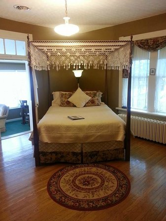 Carriage Inn Bed and Breakfast: Canopy Bed