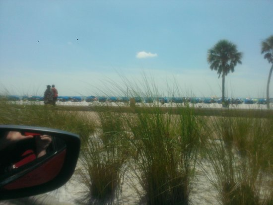 Clearwater Beach : view of crowded cabanas from car