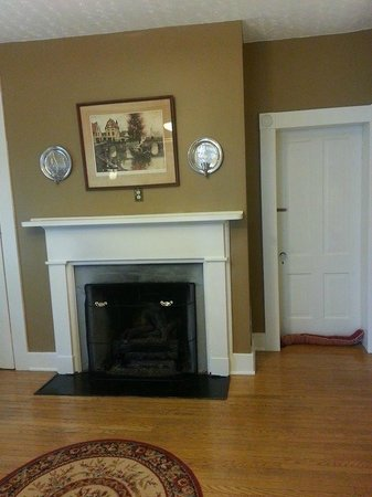 Carriage Inn Bed and Breakfast: Gas fireplace