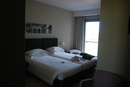 The Athens Gate Hotel: Room for 2 people but we had 3 so there is a roll-away