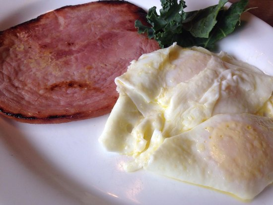 Elderberry Inn: Ham and a couple of eggs!!