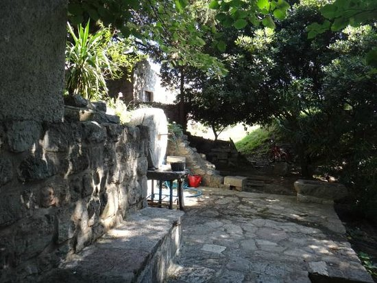 Bar Stari Grad: The water fountain near the entrance