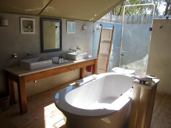 Kapama Karula : The bathroom in the tent rooms (notice the roof and outdoor shower!).