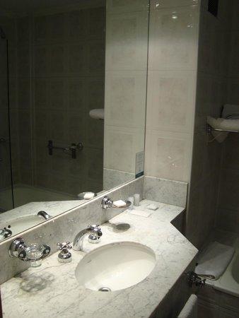 El Portal Suites: El Baño... un espacio amplio y limpio