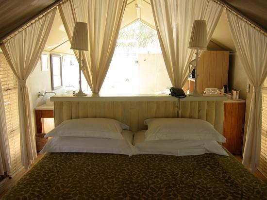Kapama Karula : Interior of the tent room (bathroom is behind bed).