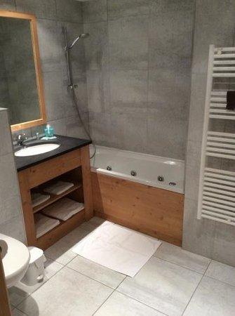 Almes1 : ruime badkamer.
