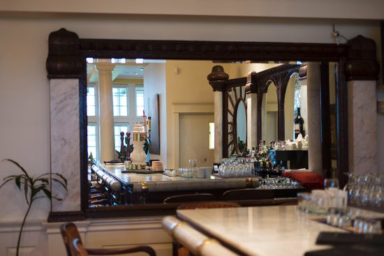 Riverbend Inn and Vineyard : The Bar (very cool layout)