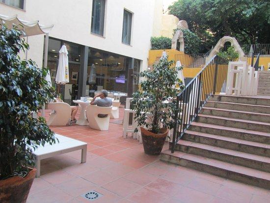 Hotel Petit Palace Boqueria Garden: garden cafe / breakfast area.