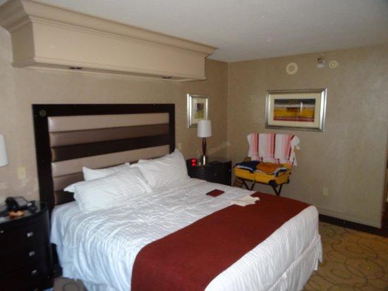 Treasure Island - TI Hotel & Casino: Large king bed