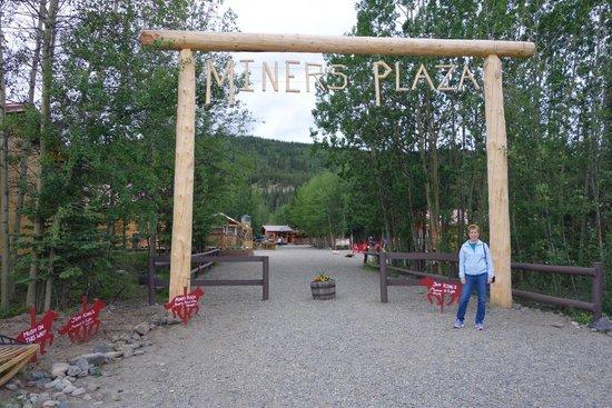 Denali Park Village: Miner's Plaza