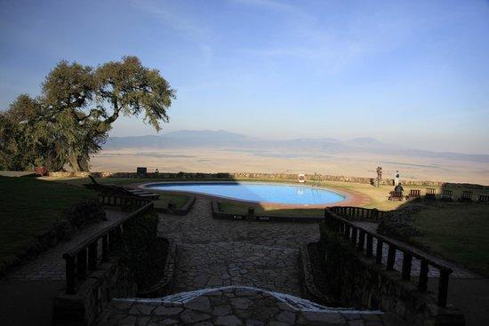 Ngorongoro Sopa Lodge : View of the Ngorongoro crater and Sopa Lodge pool