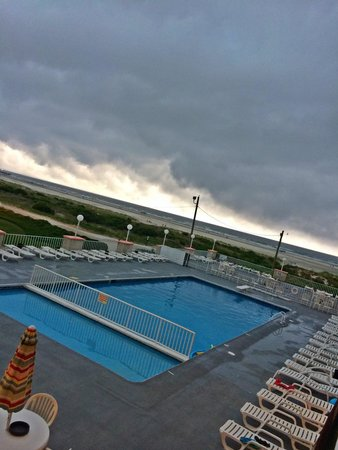 Olympic Beach Resort: Pool View (from 2nd floor) on a Cloudy Afternoon