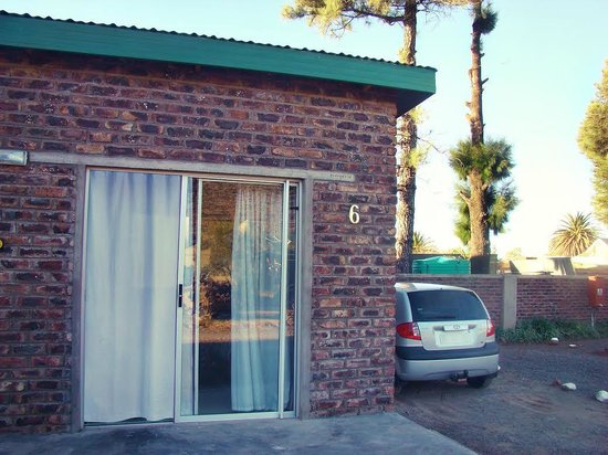 Onze Rust Guest House & Caravan Park: Backpacker unit with safe parking on the property