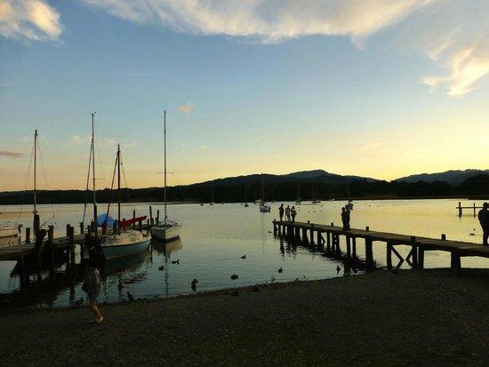 Waterhead Hotel: Setting sun over Lake Windermere across from Waterhead