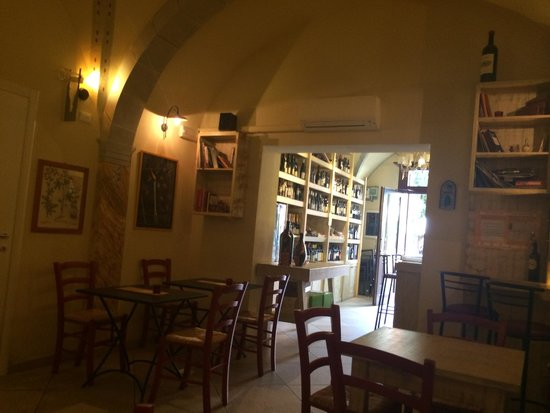 Enoteca La dolce vite: Lovely and welcoming decor