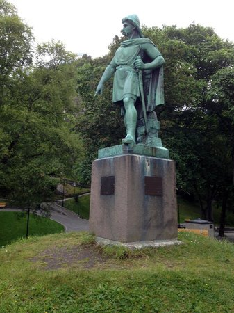 Fjellstua Viewpoint : Statue pointing to beginning of path