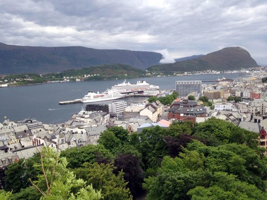 Fjellstua Viewpoint : Vista from stairs, ship below