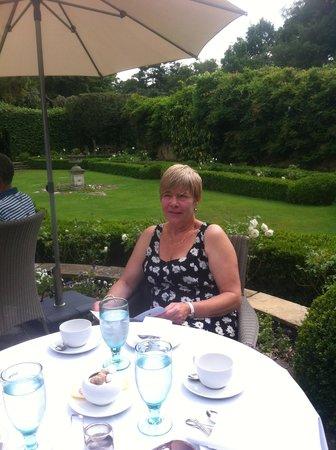 Langshott Manor Hotel Gatwick: relaxing in the garden