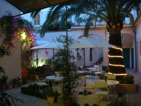 Ca'n Abril: Breakfast patio at night