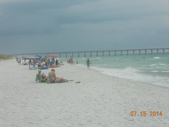 Navarre Beach : looking down the beach at the fishing pier