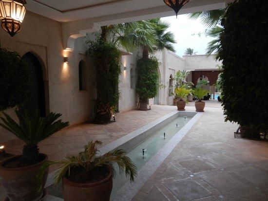 Résidence Dar Lamia : Les chambres sont desservies autour de cet espace, avec le restaurant, le spa et la piscine !