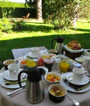 Relais & Chateaux - Hostellerie de Levernois : roomservice breakfast