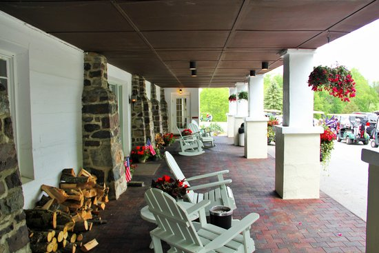Wolf Hollow at The Water Gap Country Club: Front Seating