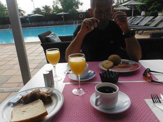 Axel Beach Maspalomas: Petit Déjeuner bord de piscine
