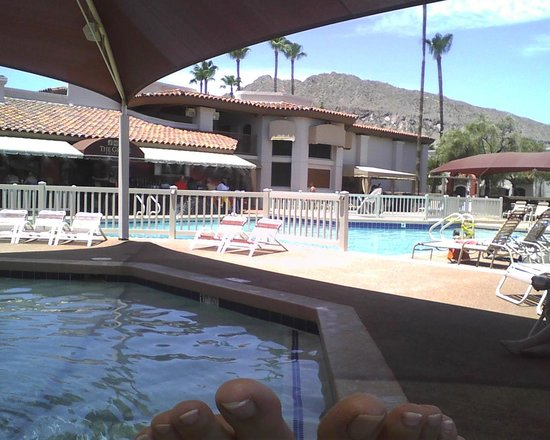 Scottsdale Camelback Resort: View from covered pool looking toward Poolside Grille, Conferece Center, Spa.