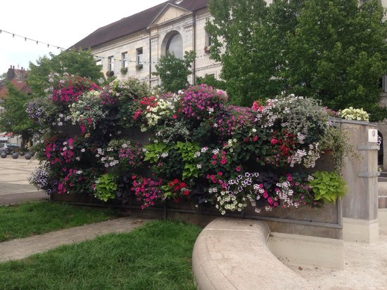 Le Charleston: Beautiful floral display around the fountain in Baume les Dames.