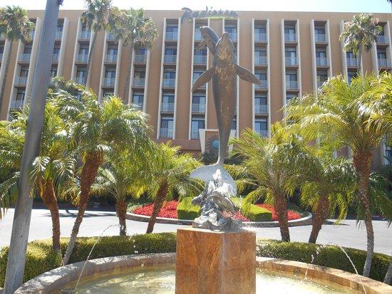 Radisson Hotel Newport Beach: Exterior view of hotel