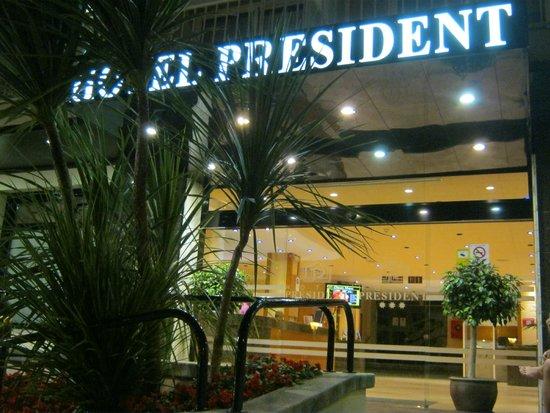 Hotel President: entrance