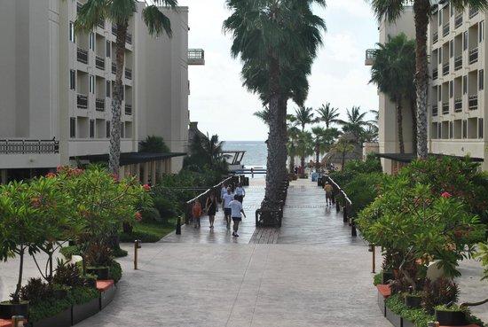Dreams Riviera Cancun Resort & Spa: Main thoroughfare