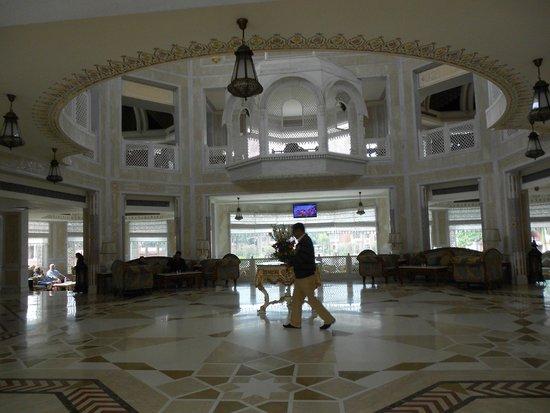 Wyndham Grand: Hall de recepción, muy lujoso