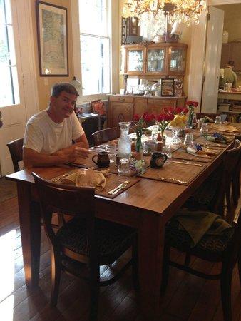 Ashton's Bed and Breakfast: The morning breakfast table at Ashton's