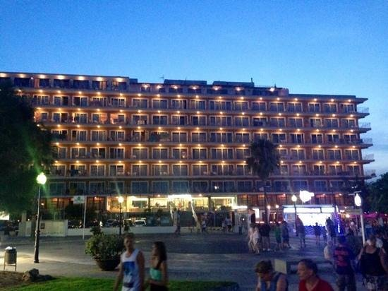 Playa Moreia Apartments : Front of the hotel! Looks so pritty at night!