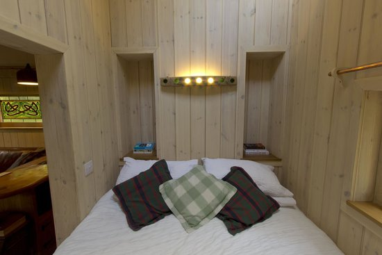 Lazy Duck Hostel, Eco Cabins & Lightweight Camping Ground: The Duck's Nest - The cosy box bed
