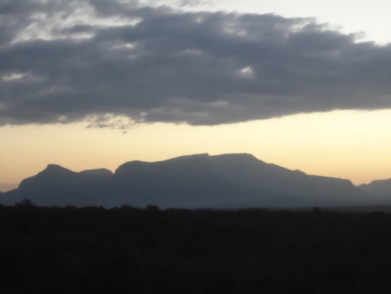 Bona Ntaba Self Catering Tree House Lodge : Sun setting over the mountain, taken from treehouse