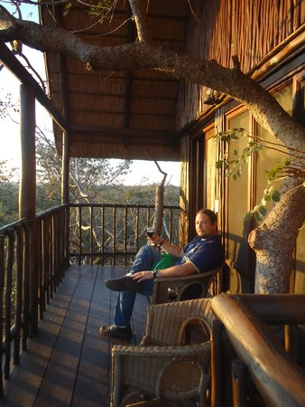 Bona Ntaba Self Catering Tree House Lodge : Watching the wildlife as the sun sets over the mountain
