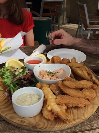 Lion and Lamb, Milton: seafood platter to share