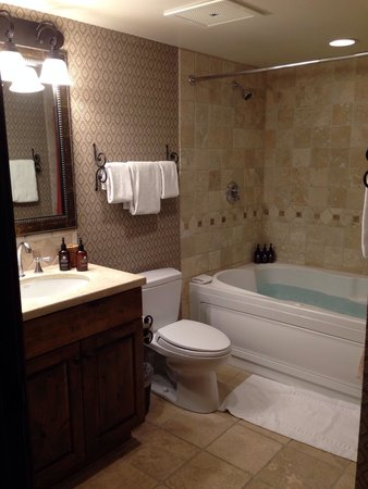 Teton Mountain Lodge & Spa - A Noble House Resort: Master bath