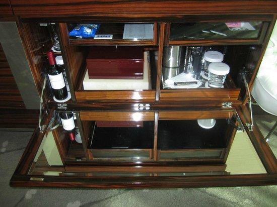 Conrad Tokyo: Tea, coffee in the dressser