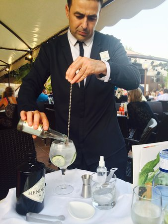 Iberostar Albufera Park: The wonderful Miguel making a Hendricks cocktail at our table!