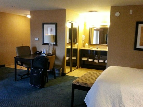 Hampton Inn & Suites Barstow: room with closet