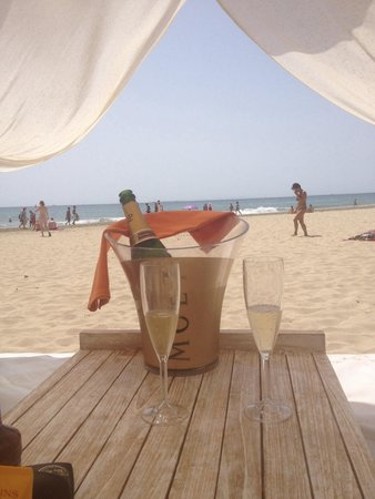 Hard Rock Hotel Ibiza: Champers by the beach