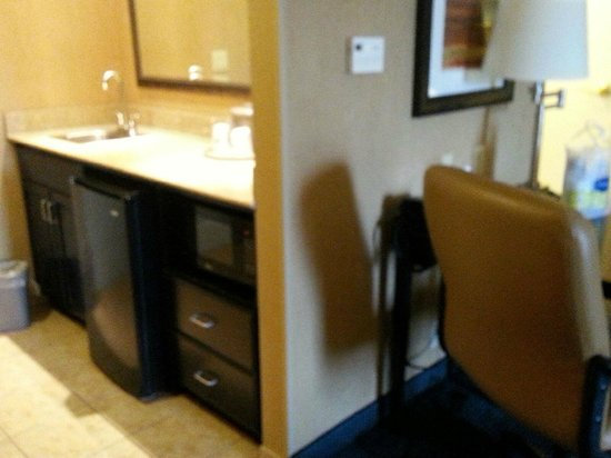 Hampton Inn & Suites Barstow: ref and microwave area with bar sink