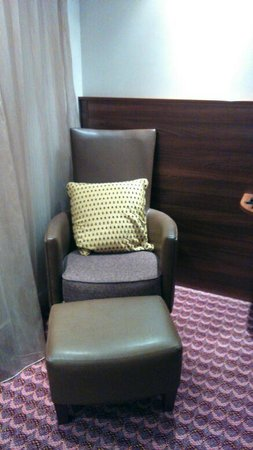Hampton by Hilton Birmingham Broad Street: Comfy Chair & Footstool