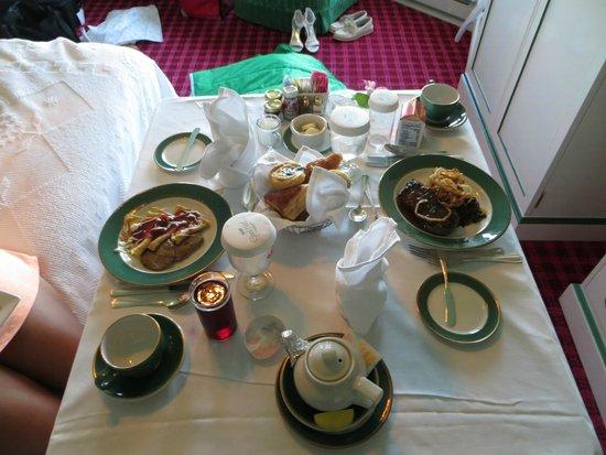 Grand Hotel: Breakfast in room
